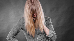 Deprimiertes Blondinebedeckungsgesicht Lizenzfreie Stockfotos