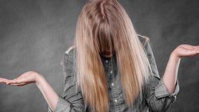 Deprimiertes Blondinebedeckungsgesicht Lizenzfreie Stockbilder