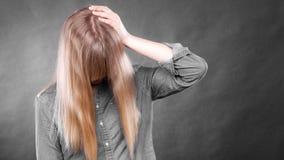 Deprimiertes Blondinebedeckungsgesicht Stockbilder