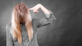 Deprimiertes Blondinebedeckungsgesicht Stockfoto