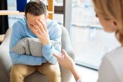 Deprimiertes düsteres Manngefühlsumkippen Stockfoto