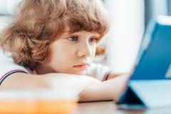 deprimiertes durchdachtes gelocktes Kinderschauen Lizenzfreie Stockbilder