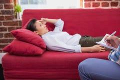 Deprimiertes geduldiges Lügen auf Couch Lizenzfreie Stockfotografie