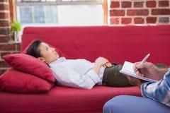 Deprimiertes geduldiges Lügen auf Couch Lizenzfreie Stockbilder