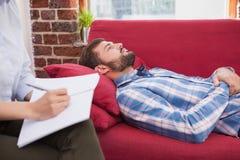 Deprimiertes geduldiges Lügen auf Couch Lizenzfreies Stockfoto