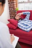Deprimiertes geduldiges Lügen auf Couch Stockbild