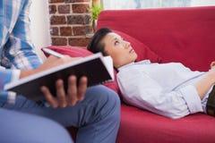 Deprimiertes geduldiges Lügen auf Couch Lizenzfreie Stockfotos