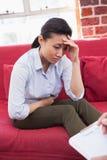 Deprimiertes geduldiges Sitzen auf Couch Lizenzfreie Stockbilder