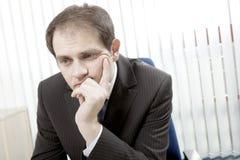 Deprimiertes Geschäftsmanndenken Stockbild