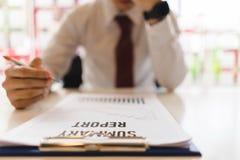 Deprimiertes Geschäftsmanngefühl betont lizenzfreie stockfotos
