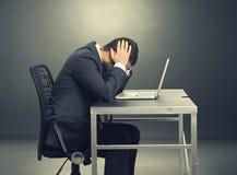 Deprimiertes Geschäftsmannsitzen Lizenzfreie Stockfotos