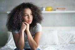 Deprimiertes hispanisches Mädchen mit traurigen Gefühlen und Gefühlen Stockfoto
