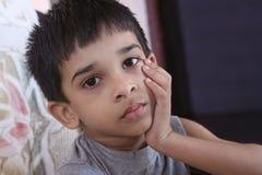Deprimiertes indisches Little Boy Lizenzfreie Stockfotos