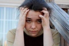 Deprimiertes jugendlich Mädchen mit Hauptschmerz Lizenzfreies Stockbild