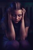 Deprimiertes jugendlich Mädchen sitzt und schreit Stockbild