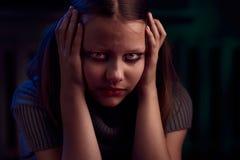 Deprimiertes jugendlich Mädchen sitzt und schreit Lizenzfreie Stockfotografie