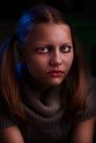 Deprimiertes jugendlich Mädchen sitzt und schreit Lizenzfreie Stockbilder