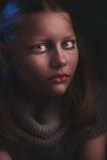 Deprimiertes jugendlich Mädchen sitzt und schreit Stockfotos
