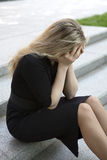 Deprimiertes jugendlich Mädchen, das auf Treppen sitzt Lizenzfreies Stockfoto