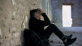 Deprimiertes jugendlich Verstecken von der Einschüchterung in verlassenem Haus, schwierige Adoleszenz stockbilder