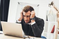 deprimiertes junges Geschäftsmannschauen Stockbilder