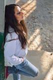 Deprimiertes junges Mädchen, das auf der konkreten Treppe des verlassenen Gebäudes steht Lizenzfreies Stockfoto