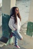 Deprimiertes junges Mädchen, das auf der konkreten Treppe steht Lizenzfreie Stockfotografie