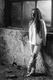 Deprimiertes junges Mädchen, das in verlassenem Gebäude steht Stockbilder