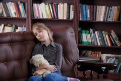 Deprimiertes Kind mit Spielzeug Stockfoto