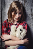 Deprimiertes Kind mit Spielzeug Lizenzfreie Stockfotografie