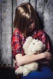 Deprimiertes Kind mit Spielzeug Lizenzfreies Stockfoto