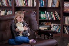 Deprimiertes Kind mit Spielzeug Lizenzfreies Stockbild