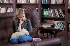 Deprimiertes Kind mit Spielzeug Lizenzfreie Stockfotos