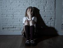 Deprimiertes Kinderopfer der Einschüchterung fühlend traurig, unglücklich, einsam, Lizenzfreie Stockfotos