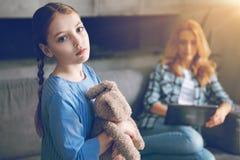 Deprimiertes Kinderwartemutter, zum sie zu beachten Stockfoto