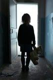 Deprimiertes Mädchen, das den Raum lässt Stockfotos