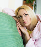 Deprimiertes Mädchen, das in der Ruhe sitzt Lizenzfreie Stockfotografie