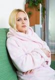 Deprimiertes Mädchen, das in der Ruhe sitzt Lizenzfreies Stockbild