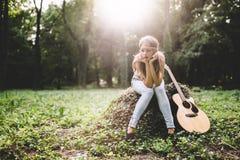 Deprimiertes Mädchen in der Natur Lizenzfreie Stockfotos