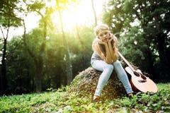 Deprimiertes Mädchen in der Natur Stockbilder