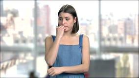 Deprimiertes Mädchen tief im Gedanken, Porträt stock video footage