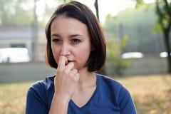 Deprimiertes Mädchengesichts-Ausdruckporträt auf herbstlichem Hintergrund Stockfotografie