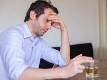 Deprimiertes Mannmissbrauchen des Alkohols Stockbilder