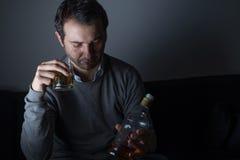 Deprimiertes Mannmissbrauchen des Alkohols Lizenzfreies Stockfoto