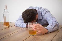 Deprimiertes Mannmissbrauchen des Alkohols versuchend, seine Probleme zu vergessen Lizenzfreies Stockbild