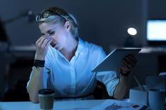 Deprimiertes Programmierergefühl geschwächt im Büro Lizenzfreie Stockfotografie
