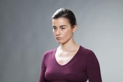 Deprimiertes schönes Ausdrücken der Frau 30s verwirrt und Leere lizenzfreies stockfoto