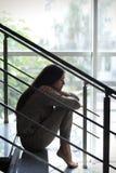 Deprimiertes Sitzen der jungen Frau Lizenzfreies Stockbild