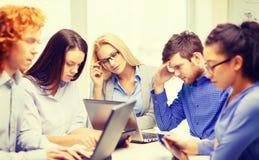 Deprimiertes Team mit Laptop- und Tabellen-PC-Computern Stockfoto