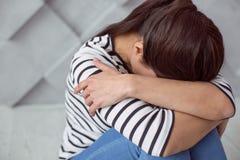 Deprimiertes unglückliches Frauenschreien Lizenzfreies Stockfoto
